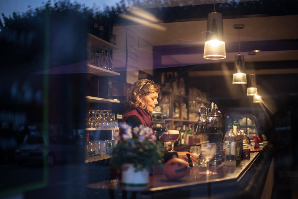 Portrait derrière le bar