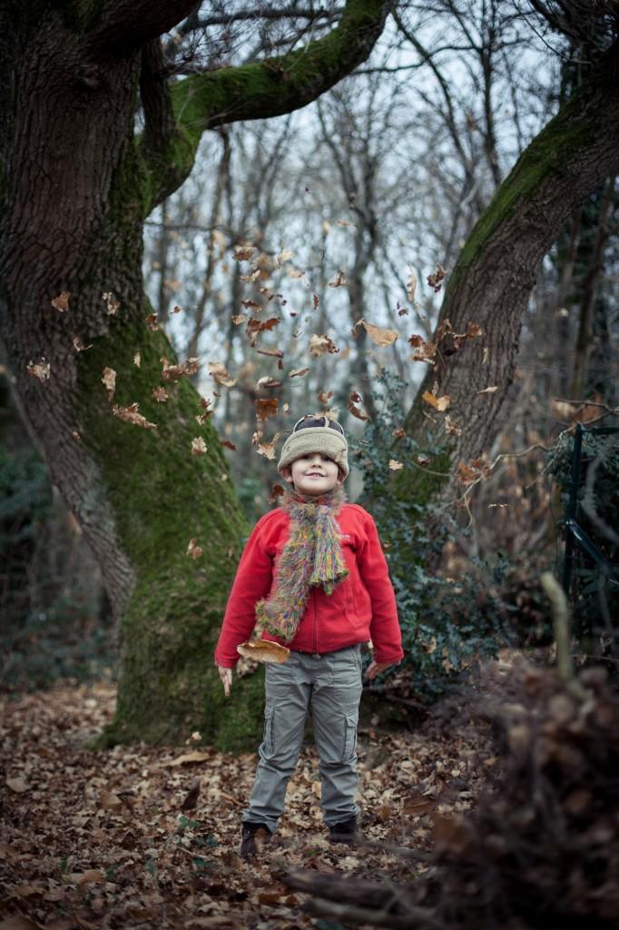 Portrait d'enfant avec des feuilles mortes